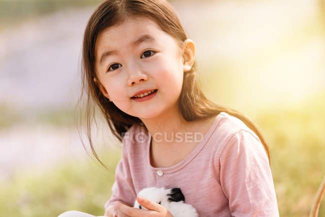 Adorable asiatique enfant dans robe tenue lapin à fleur champ — Photo de stock