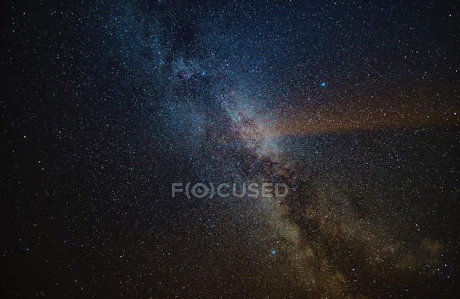 Полный кадр темное ночное небо со звездами галактик и космосом — стоковое фото