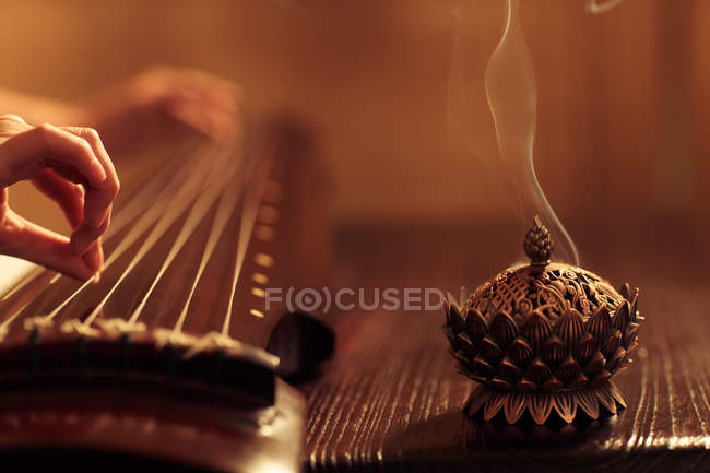 Nahaufnahme einer Frau, die ein traditionelles chinesisches Guzheng-Instrument spielt — Stockfoto