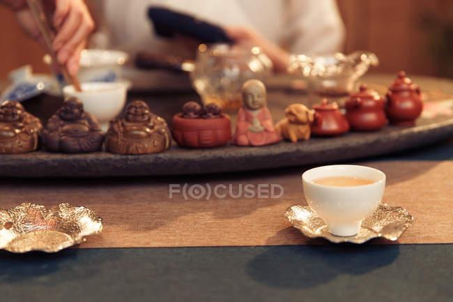 Vue en gros plan des tasses et du décor traditionnel pendant la cérémonie du thé chinois — Photo de stock