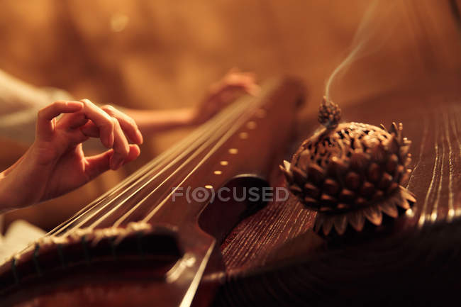 Abgeschnittene Aufnahme einer Frau, die ein traditionelles chinesisches Guzheng-Instrument spielt, selektiver Fokus — Stockfoto