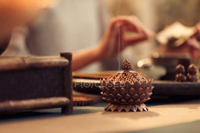 En gros plan de la cérémonie traditionnelle du thé asiatique — Photo de stock