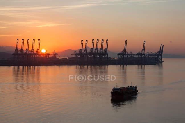 Attrezzature industriali e navi in porto al tramonto, Shenzhen, Cina — Foto stock