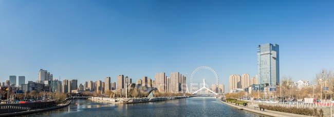 Sorprendente paisaje urbano con rascacielos en Tianjin, China. - foto de stock