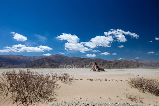 Красиві пейзажі річки і гори в Тибеті Лхока Ярлегенбо Зангбо — стокове фото