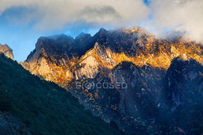 Beautiful landscape with mountains in clouds, Xinduqiao county, Sichuan, China — Photo de stock