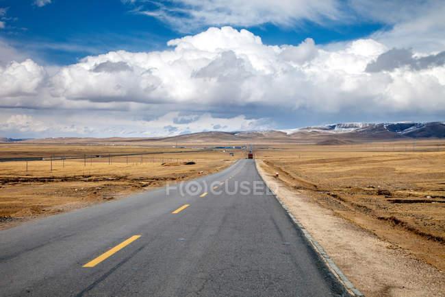 Qinghai-Tibet Highway and beautiful mountains on horizon at daytime — Stock Photo