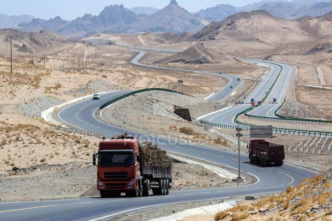 Автотранспортних засобів на шосе Цінхай-Тибет і гори в денний час — стокове фото