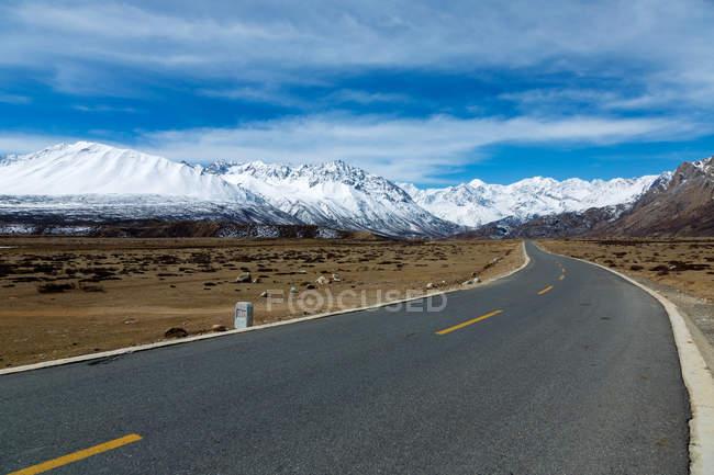 Красивий краєвид з засніжені гори і Лхаса-Nyingchi шосе — стокове фото