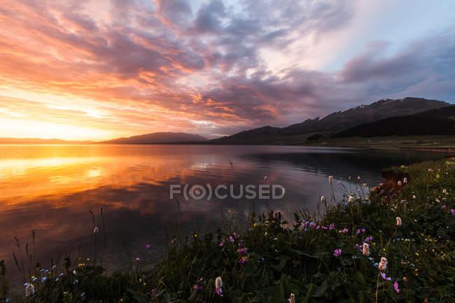 Paysage étonnant avec le lac Sayram au coucher du soleil, Xinjiang, Chine — Photo de stock