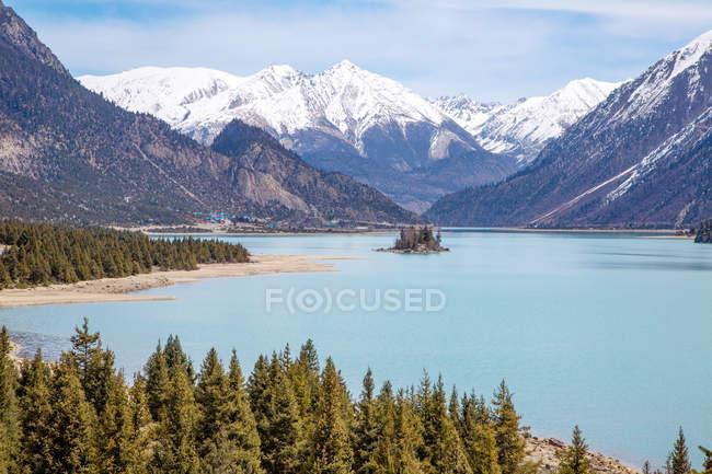 Herrliche Landschaft mit malerischem Ranwu-See, grünen Bäumen und schneebedeckten Bergen in Tibet — Stockfoto