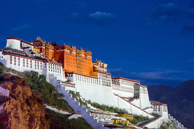Low angle view of amazing ancient architecture and mountains in Tibet — Stock Photo