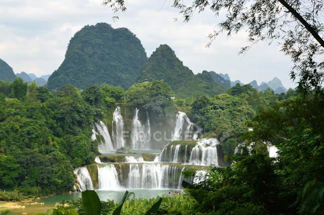 Wunderschöne Landschaft mit detianischen Wasserfall der Region Guangxi, China — Stockfoto