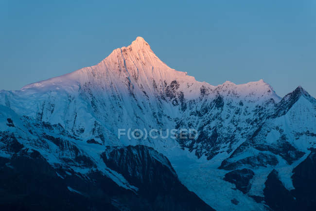 Mountain landscape with majestic snow covered mountains in the morning — Stock Photo