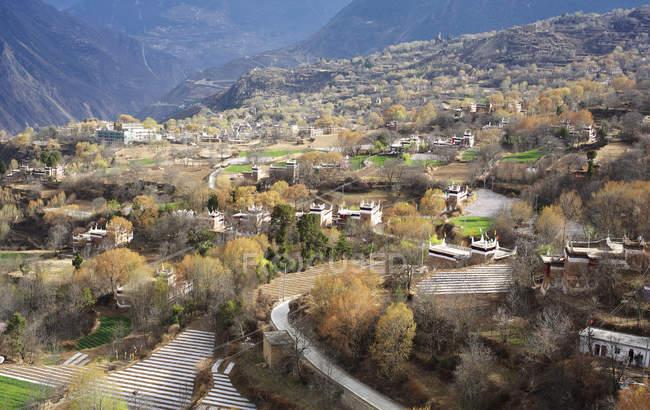 Деревня Цзяжун Тибетань уезда Данба, провинция Прованс, Китай — стоковое фото