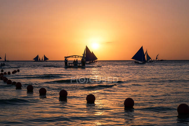 Silhouettes of boats floating on sea at sunset, Koh Samui, Thailand — Stock Photo