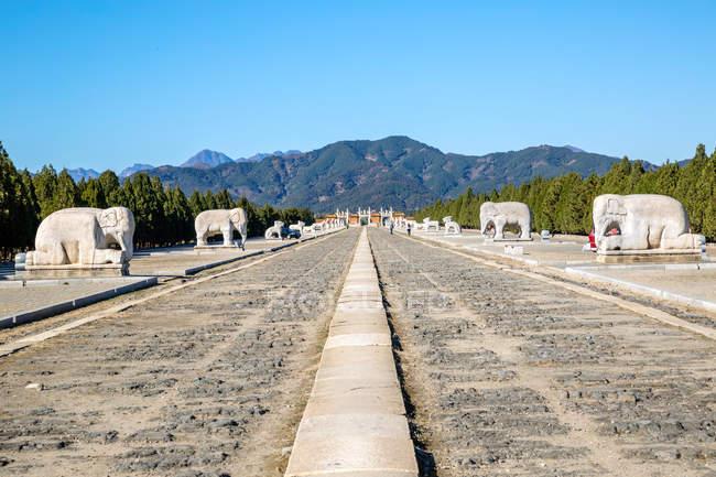 Anciennes tombes orientales de Qing et belles montagnes, Zunhua, Hebei, Chine — Photo de stock