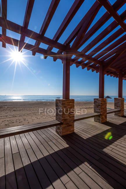 Terraço de madeira na praia de areia e paisagem marinha no dia ensolarado, Beidaihe, Hebei, China — Fotografia de Stock