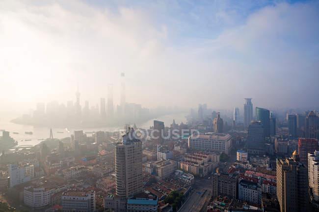 Arquitectura urbana con edificios modernos y rascacielos en Shanghai - foto de stock
