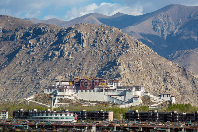 Amazing ancient architecture and scenic mountains in Tibet — Stock Photo