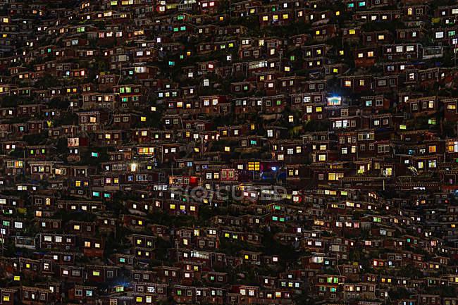 Vista aerea del Wuming Buddhist College durante la notte della contea di Seda, provincia di Sichuan, Cina — Foto stock