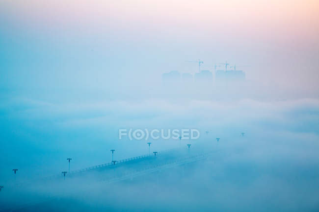 Vista aerea del ponte coperto di nebbia durante l'alba, Rizhao, Shandong, Cina — Foto stock