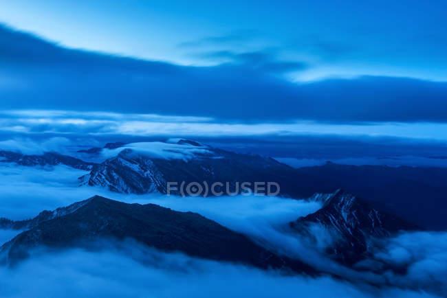 Beau lever de soleil dans des montagnes enneigées pittoresques — Photo de stock