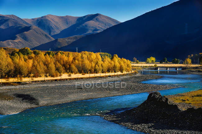Красивый горный пейзаж с озером в уезде Синдуцяо, Сычуань, Китай — стоковое фото