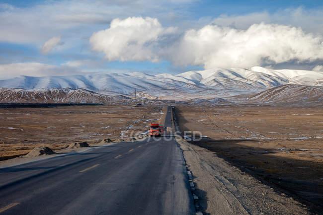 Трафік на Цинхай-Тибет шосе і прекрасні гори в денний час — стокове фото
