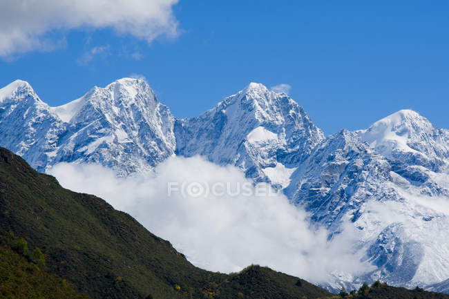 Bellissime montagne innevate e vegetazione verde nelle giornate di sole, Tibet — Foto stock