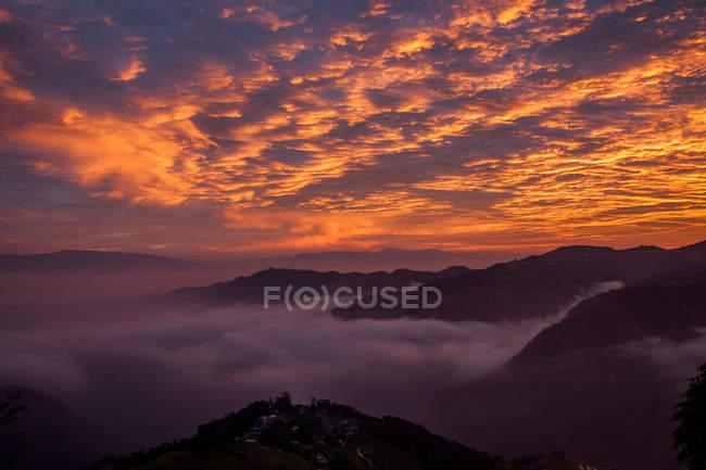 Bellissimo paesaggio con montagne, terrazza Nanuo nella provincia dello Yunnan, Cina — Foto stock