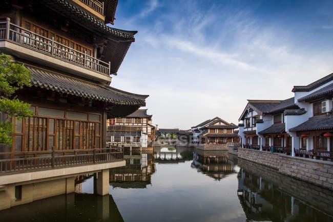 Buildings reflected in calm water of canal at Changzhou, Jiangsu, China — Stock Photo