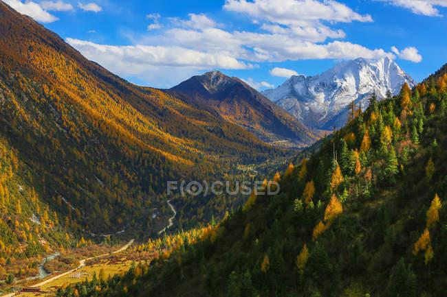 Beau paysage de montagne dans le comté de Xinduqiao, Sichuan, Chine — Photo de stock