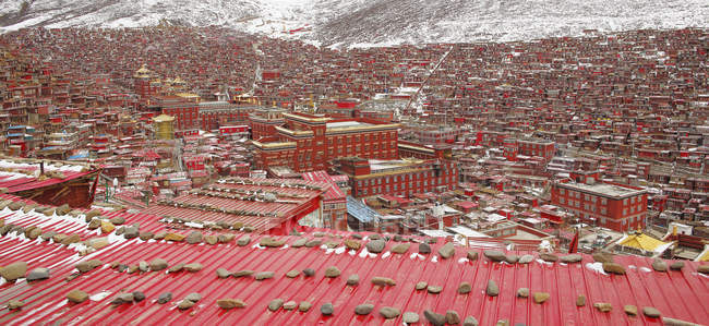 Vista aérea da faculdade budista de Wuming do Condado de seda, província de Sichuan, China — Fotografia de Stock