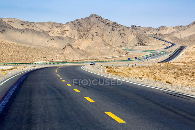 Трафік на Цинхай-Тибет шосе і гори в денний час — стокове фото