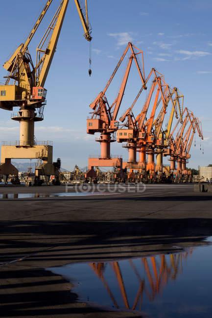 Grues industrielles au port de Qinhuangdao, Hebei, Chine — Photo de stock