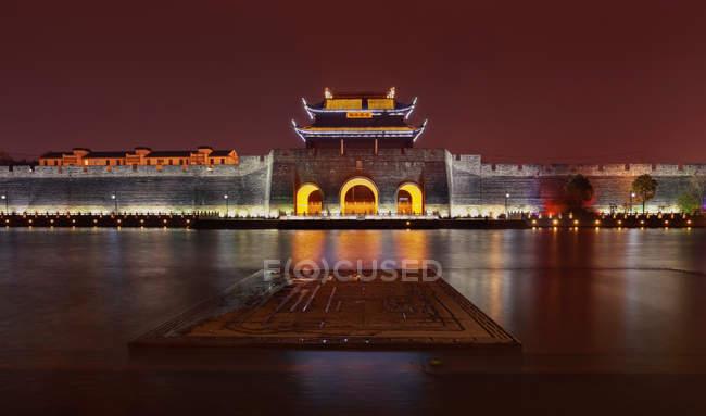 Illuminated ancient architecture at night, Suzhou, Jiangsu, China — Stock Photo