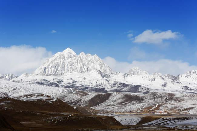Красивая Яла заснеженная гора Tagong луга, провинции Сычуань, Китай — стоковое фото