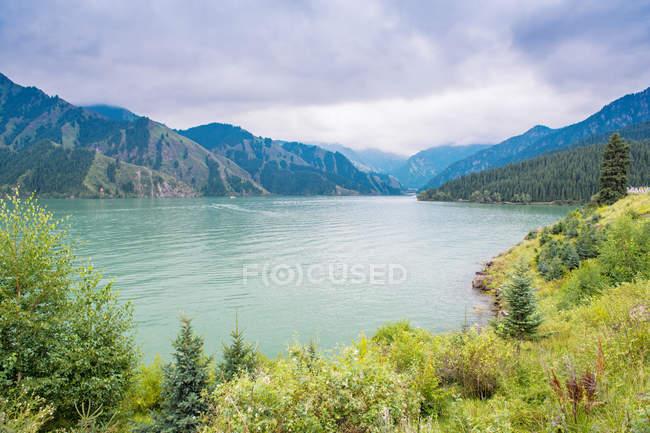 Beautiful landscape with mountains and Tianshan Tianchi Lake in Urumqi, Xinjiang, China — стоковое фото
