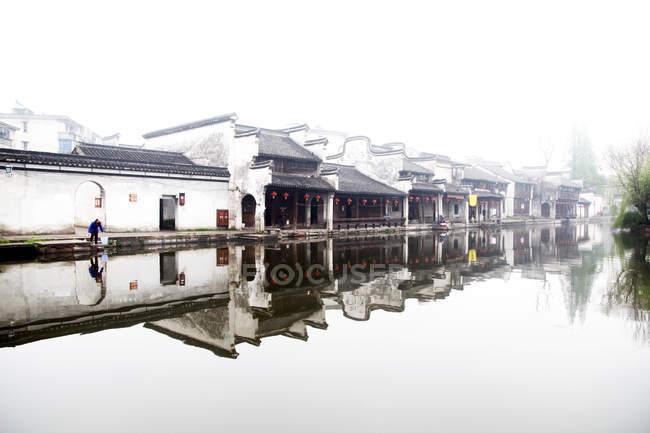 Красивий канал і китайської архітектури в Huzhou, Чжецзян, Китай — стокове фото