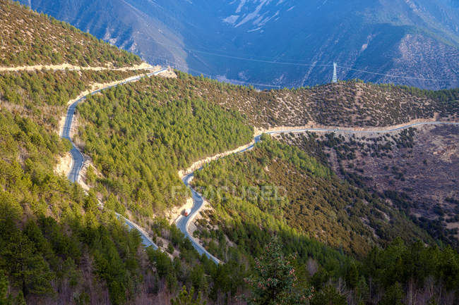 Aerial view of Sichuan-Tibet highway in scenic mountains with green vegetation — Stock Photo