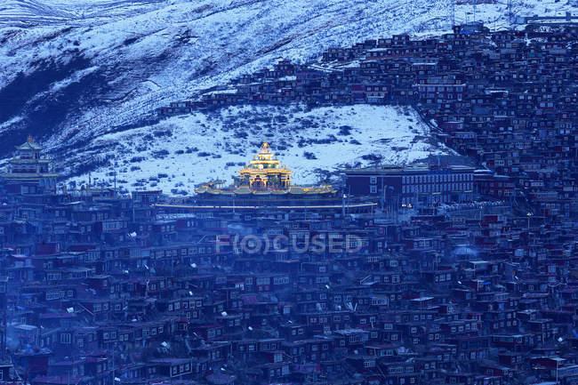 Luftaufnahme des Wuming Buddhist College bei Nacht des Seda County, Sichuan Provinz, China — Stockfoto