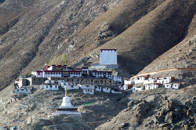 Amazing ancient architecture on scenic hills in Tibet — Stock Photo