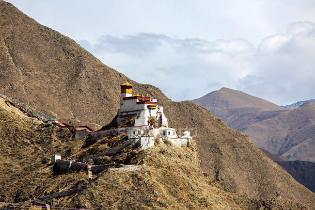 Low angle view of amazing ancient architecture and scenic hills in Tibet — Stock Photo