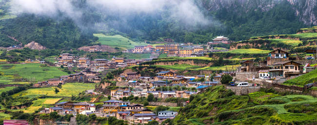 Вид с воздуха на красивые горы и дома в Ганнань, Ганьсу, Китай — стоковое фото