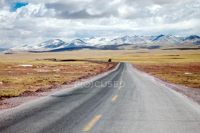Цінхай-Тибет шосе і красиві гори на горизонті в денний час — стокове фото