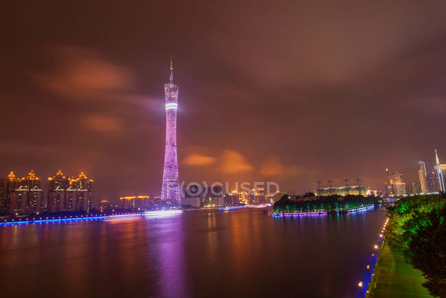 Incrível vista noturna de edifícios iluminados em Guangzhou, China — Fotografia de Stock