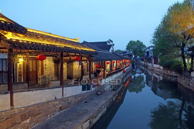 Arquitetura chinesa tradicional e água calma no canal durante o pôr do sol, Kunshan, Jiangsu, China — Fotografia de Stock