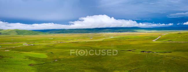 Красивый пейзаж с зеленым плато и горами в провинции Сычуань, Китай — стоковое фото