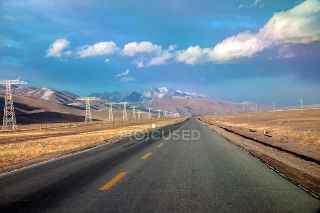 Порожні Цінхай-Тибет шосе в похмурий день — стокове фото